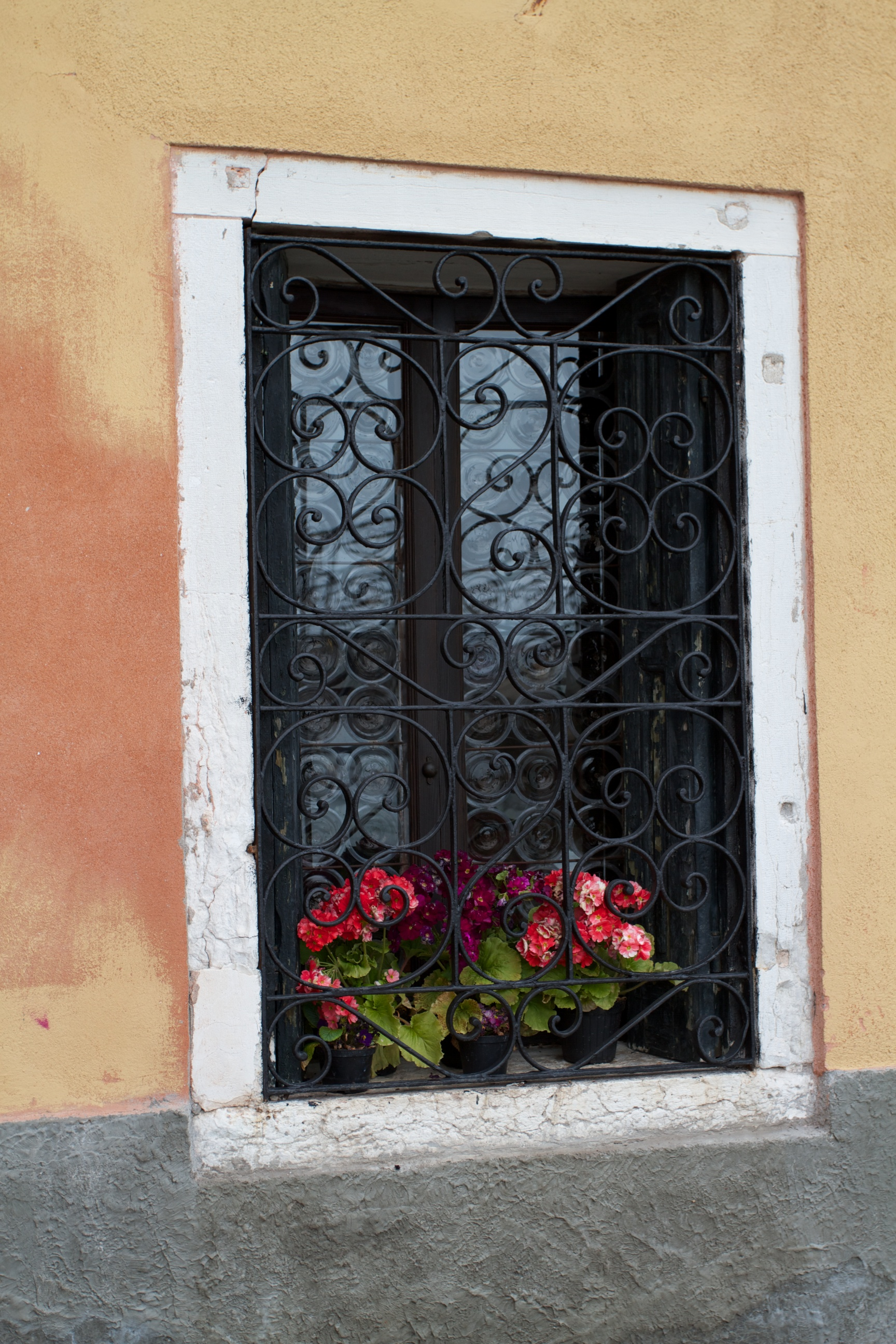 Venetian window sill